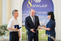 Глава Рашид Темрезов вручил супружеским парам Карачаево-Черкесии медаль «За любовь и верность»