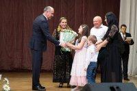 Глава КЧР вручил медали «За любовь и верность» 25 образцовым супружеским парам